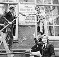 Sieto Hoving, Jos Brink, Frank Sanders en Marijke Hoving plakken affiches bij T, Bestanddeelnr 929-3047.jpg