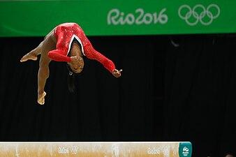 Simone Biles, na prova final da trave nos Jogos Olímpicos Rio 2016.jpg