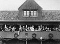 Skansens vårfest 1894. Ett sällskap män och kvinnor iförda 1700-talsdräkt på Gröna Lunds loft - Nordiska Museet - NMA.0041252.jpg