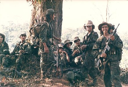 "United States-supported anti-Sandinista ""Contra"" rebels (ARDE Frente Sur) in 1987. Smoke break el serrano 1987.jpg"