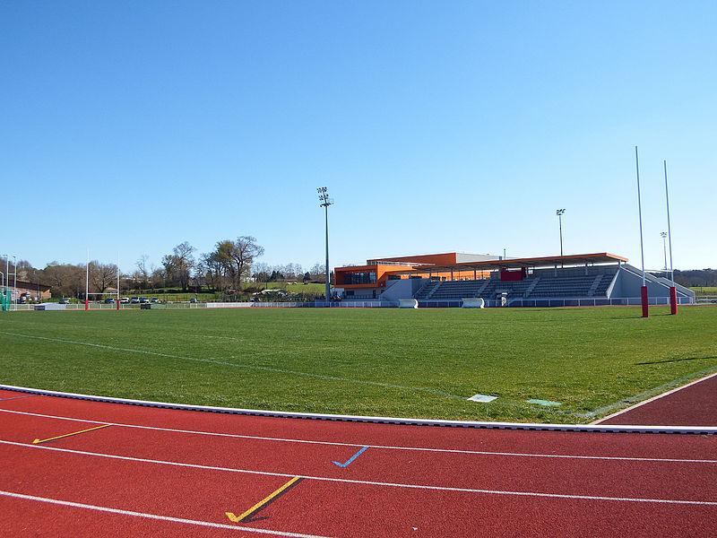 Terrain d'honneur du stade Colette-Besson de Dax, vu depuis la piste d'athlétisme.
