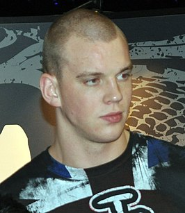 Stefan Struve with a fan (5096781392) (cropped).jpg
