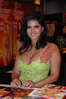 Sunny Leone at Exxxotica 2009 Miami Friday 2 adjusted.jpg