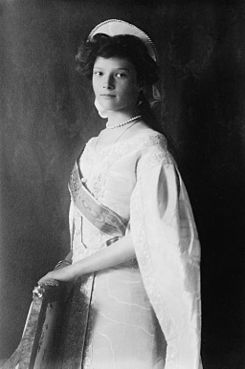 Tatiana in court gown 1910.jpg