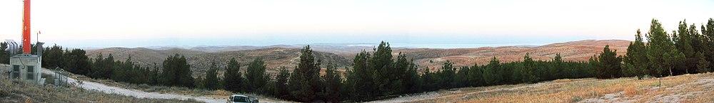 תמונה פנורמית: מראה הזריחה מתל טוואני - מבט על מדבר יהודה וים המלח