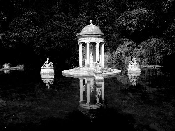 Tempietto in bianco e nero.jpg