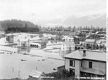 Foto em preto e branco de edifícios em águas de inundação