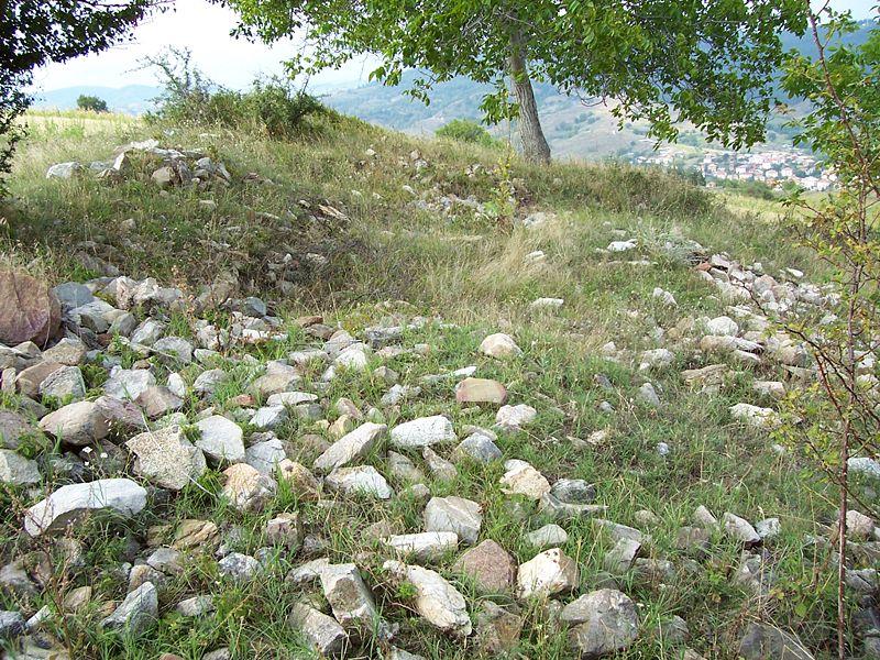 [Снимка: 800px-Thracian_ruins_near_Kochan.jpg]