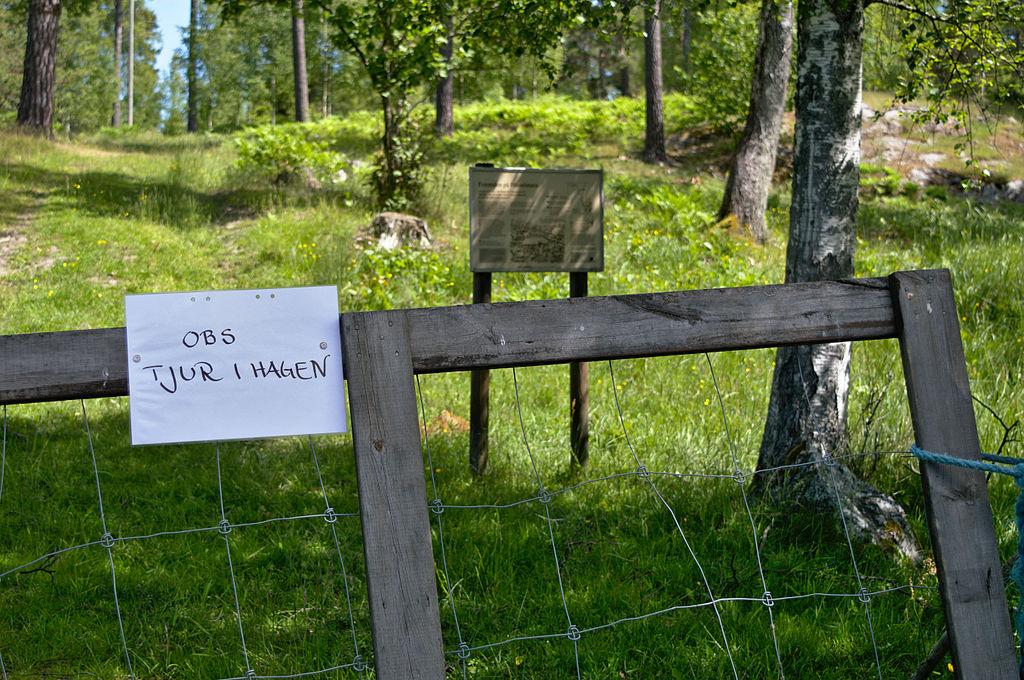 Grind med en skylt som varnar för tjur i hagen.