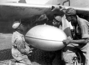 Installation de réservoirs sur un P-51 du 99th FS