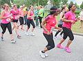 Twee zwarte dames in een grote groep aan het hardlopen Ladiesrun 2015.jpg