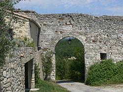 Valaurie - porte rempart.jpg