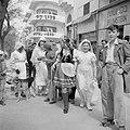 Verklede kinderen samen met volwassenen op straat bij hotel Hess in Tel Aviv bi…, Bestanddeelnr 255-1313.jpg