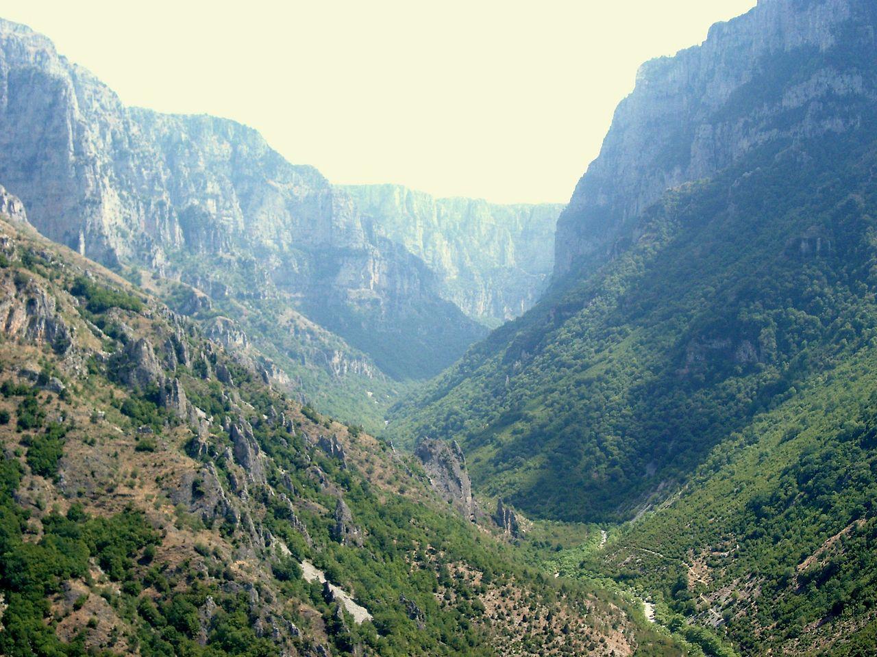 File:Vikos Gorge, Epirus, Greece 01.jpg - Wikimedia Commons
