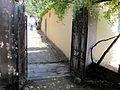 Villa medici di belcanto, discesa lungo il muro di contenimento della prima terrazza, pergolato 08.JPG