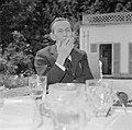 Walter Mehring rokend op een terras, Bestanddeelnr 254-5050.jpg