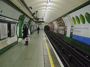 Warwick Avenue tube station - Image: Warwick Avenue stn southbound look north