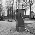 Waterpomp, houten behuizing op baksteen - Eerbeek - 20295333 - RCE.jpg