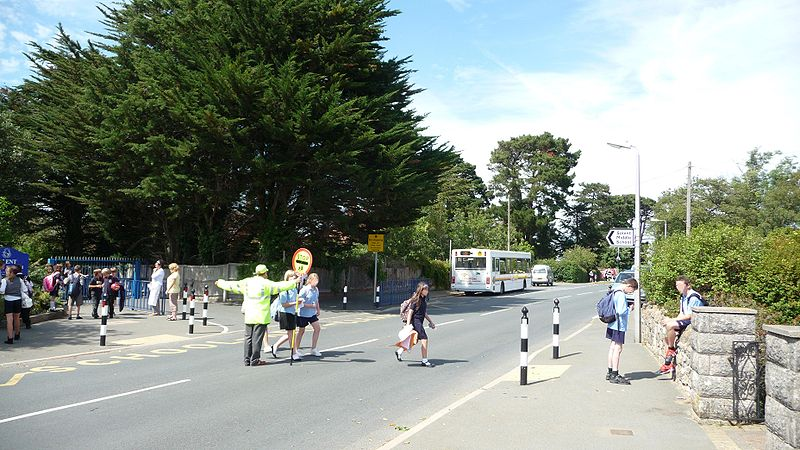 File:Wightbus 5804 HW54 DCO and Cowes Baring Road Solent Middle School lollipop man 2.JPG