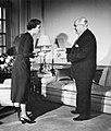 Willem van de Poll overhandigt presentjes aan de Deense Koning Ingrid, Bestanddeelnr 252-9011.jpg