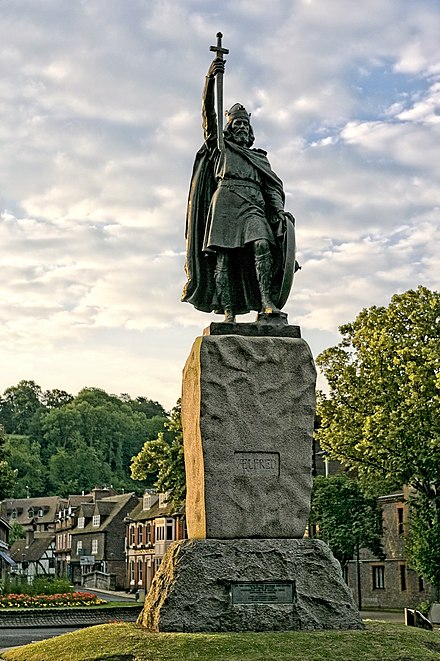 Statue of Alfred the Great by Hamo Thornycroft in Winchester Winchester-alfred-wyrdlight.jpg