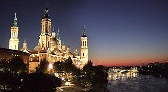 Zaragoza - Pilar desde el Puente de Piedra.jpg