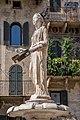 """""""Madonna Verona"""", lo sguardo dolce su piazza delle Erbe.jpg"""