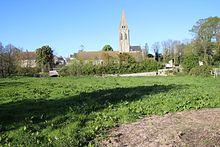 Église St Vigor de Colombiers-sur-Seulles vue des champs, avril 2017.jpg