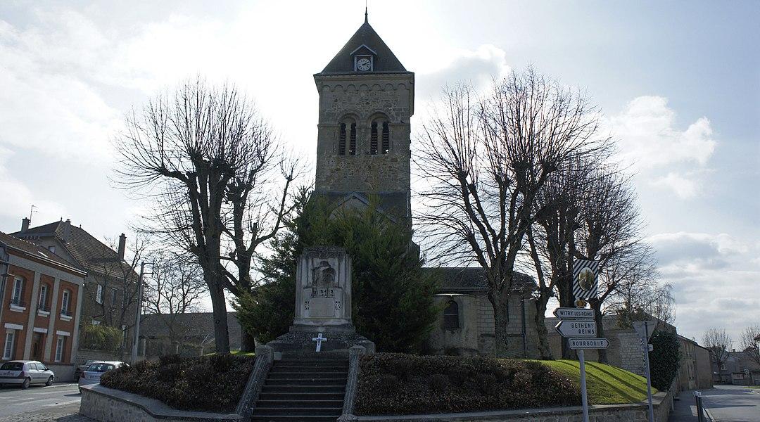 Église et le monument aux morts de Fresne-lès-Reims.