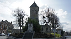 L'église au centre du village, le monument aux morts devant.
