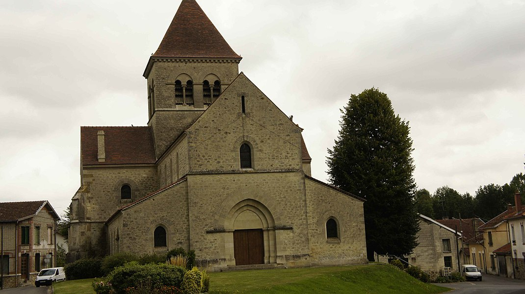 Vue du portail ouest de l'Église st-Souplet sur Py.