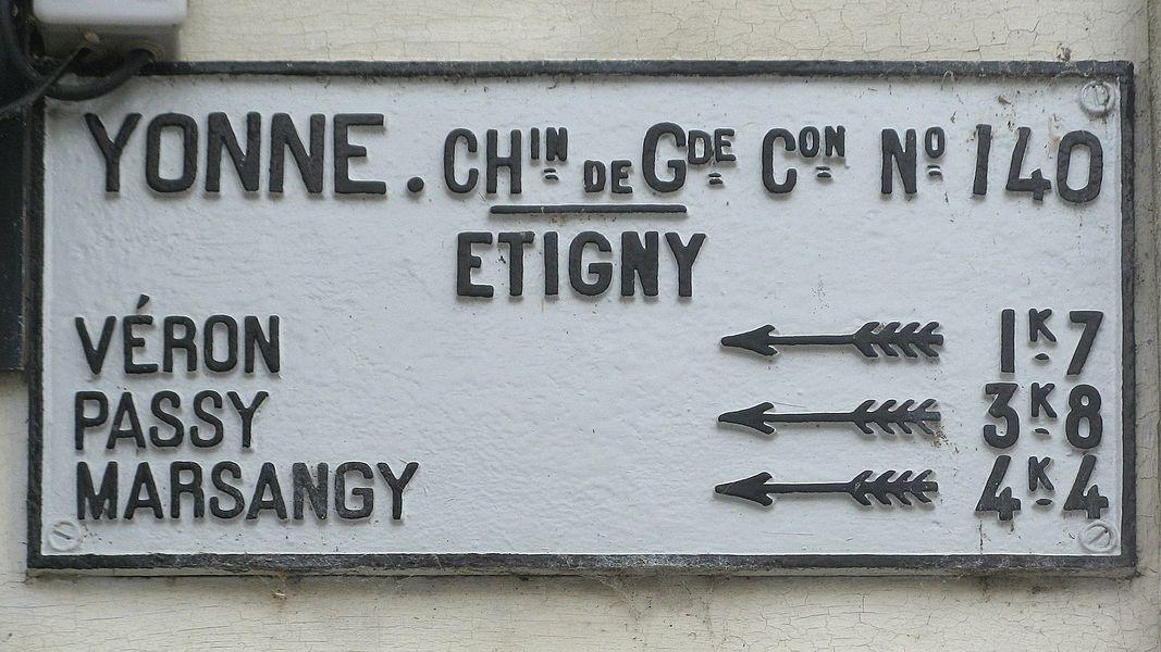 Étigny: panneau indicateur du 19e siècle sur le chemin de grande communication n°140