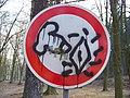 Želízy, pomalovaná dopravní značka.jpg