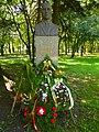 Бюст-паметник на Август Попов в град Шумен.JPG