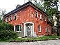 Жилой дом с памятником рыбаку, ул. Гагарина, 8, Светлогорск.jpg