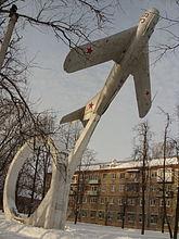 Памятник-самолёт в г. Вязьме.jpg