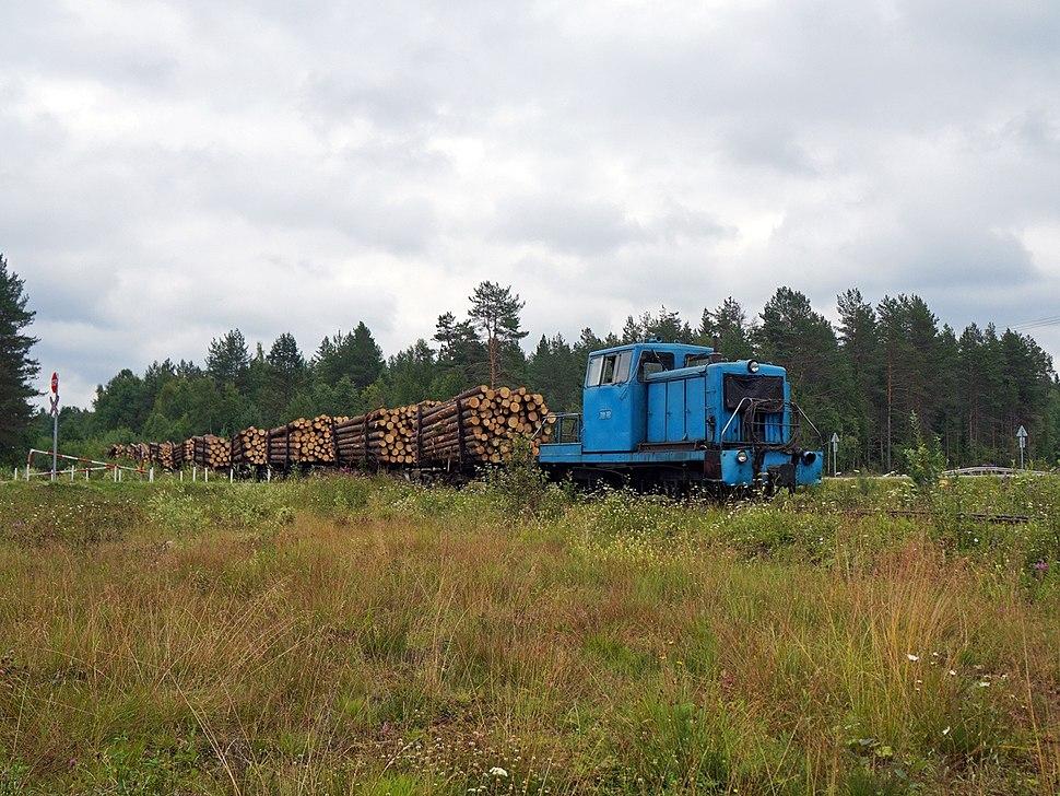 ТУ8-0064 с грузовым поездом