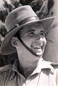 רפי קוצר עם כובע אוסטרלי במלחמת העצמאות.jpg