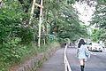 歩道があるのに車道を歩く人 (9056575150).jpg