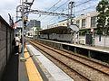 駅舎改良後の鈴木町駅ホーム.jpg