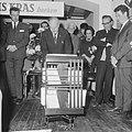 10 jaar Kris Kras (jeugdblad), de opening van de tentoonstelling door mr. A. de , Bestanddeelnr 917-0749.jpg
