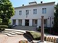 1848-as emlékzászló egyik oszlopa és a Vak Bottyán Általános Iskola, 2019 Siófok.jpg