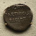 201209071750d Berlin Pergamonmuseum, Denar des Augustus, RS SIGNIS PARTHICIS RECEPTIS, FO Pergamon, 19-18 v.u.Z.jpg