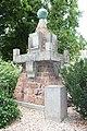 30.Ondřejov pomník padlým detail ze strany s s nápisem PADLI ABY OŽILA VLAST a letopočty MCMXXVIII šikmý pohled z okraje pomníku.JPG