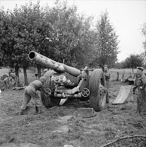 BL 7.2-inch howitzer - 7.2-inch howitzer of 51st Heavy Regiment, Royal Artillery, France, 2 September 1944. Gun crew emplacing recoil ramps in rear and setting wheel brakes. Front ramps prevent howitzer from rolling past position fired from.