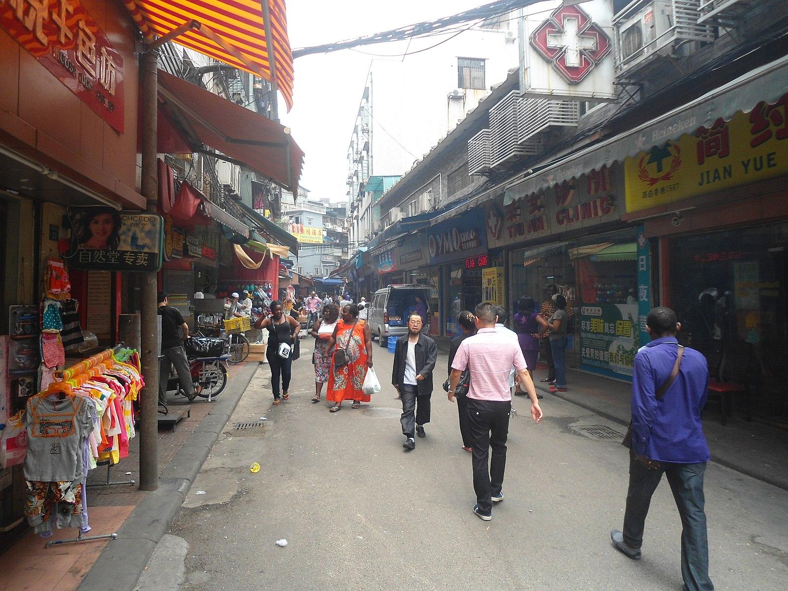 La rue Baohan (face au nord), le centre du quartier africain, Dengfeng, dans le district de Yuexiu, à Guangzhou (Canton), en Chine. Photo de Anna Frodesiak, domaine public.