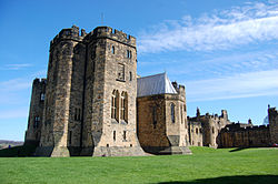 Alnwick Castle state rooms exterior, 2010.jpg