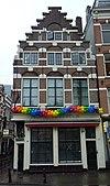 foto van Hoekhuis van het \'type met grote blokken\' en zowel aan voor- als zijkant een trapgevel en 5 koppen in het fries