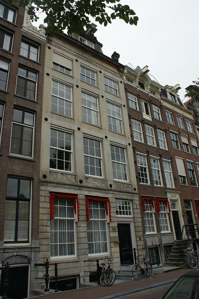 Pand met zandstenen gevel onder rechte lijst met consoles for Herengracht amsterdam