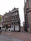 foto van Hoekhuis met voorgevel onder rechte lijst en overgebouwde zijgevel met dakkapel met trappentop